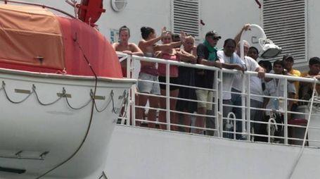 Alcuni dei 627 passeggeri a bordo della nave colpita dall'avaria
