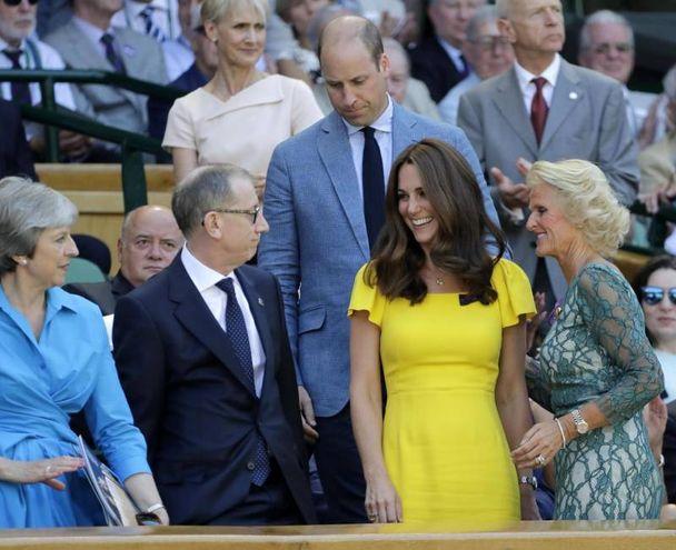 Theresa May e il marito Philip May a sinistra; il principe William e Kate Middleton alla finale maschile di Wimbledon 2018 (Ansa)