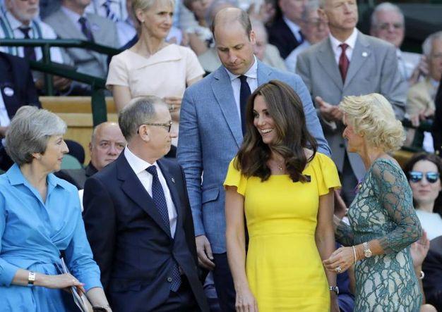Il Premier Theresa May e il marito Philip May a sinistra; il principe William e Kate Middleton a destra durante la finale maschile di Wimbledon 2018 (Ansa)