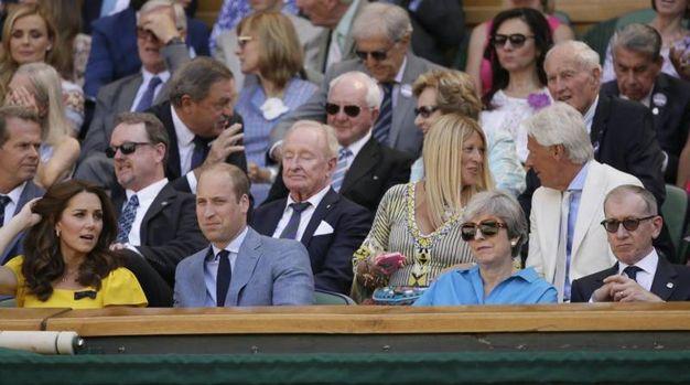 Kate Middleton e il principe William a sinistra; il Premier Theresa May e il marito Philip May a destra durante la finale maschile di Wimbledon 2018 (Ansa)