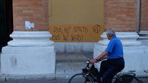 La facciata del Duomo coperta di graffiti