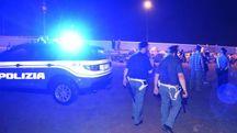 I poliziotti durante i controlli notturni in spiaggia (foto d'archivio)