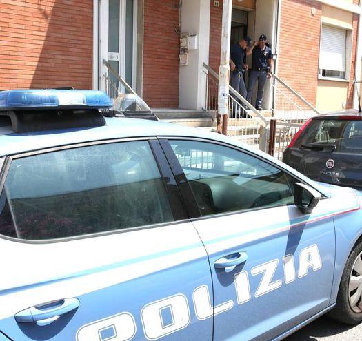 La polizia davanti alla casa (Fotoprint)