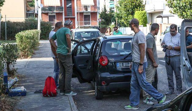 I rilievi sull'auto della donna con cui è fuggito poi l'assassino (Fotoprint)