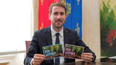 Il sindaco Giacomo Ghilardi mostra le cartoline di auguri