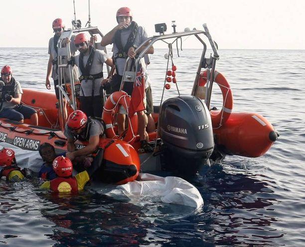 Il salvataggio della donna in mare da parte della Ong Open Arms (Lapresse)