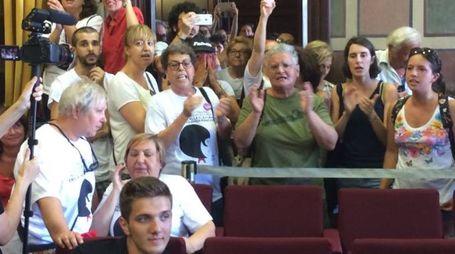 Una parte del pubblico che è entrato in aula chiedendo le dimissioni dell'assessore Buscemi