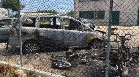 L'auto e gli scooter bruciati nel deposito del Comune