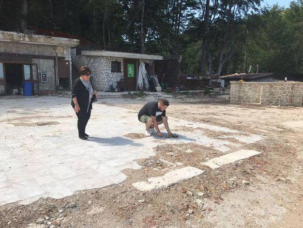 Ritorno a Rigopiano: una rosa per Dino Di Michelangelo e la moglie Marina