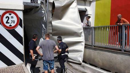 Il furgone rimasto incastrato (foto Migliorini)