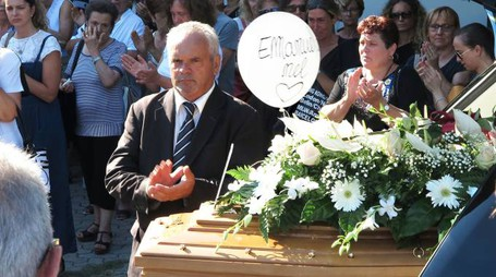 Palloncini, fiori bianchi e chiesa gremita per l'addio a Emanuela Balducci