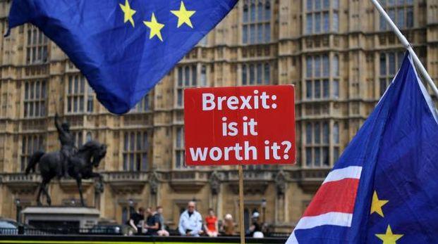 """Sostenitori del """"no-brexit"""" sventolano bandiere Ue di fronte al Parlamento a Londra (Ansa)"""
