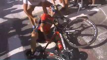 Il fermo immagine, tratto da un video di Eurosport, mostra la caduta di Nibali (Ansa)