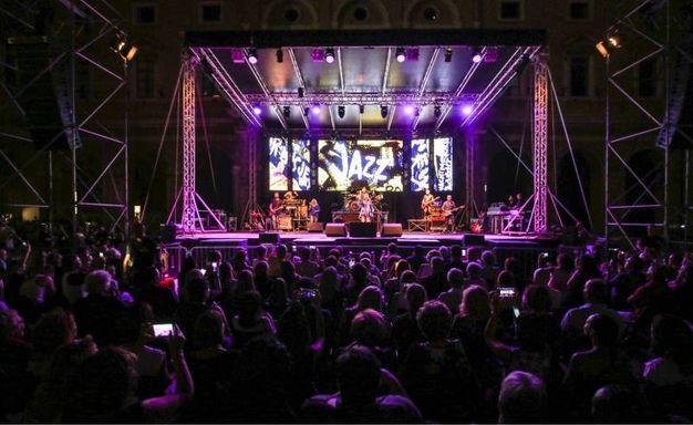 Il pubblico in piazza Giacomo Leopardi