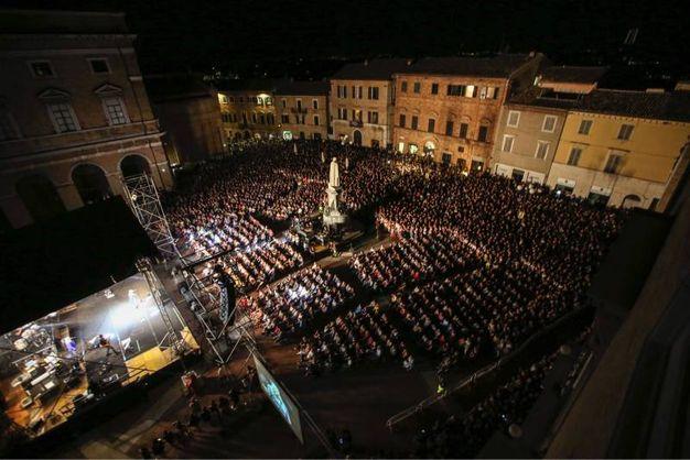 Migliaia di fan in piazza