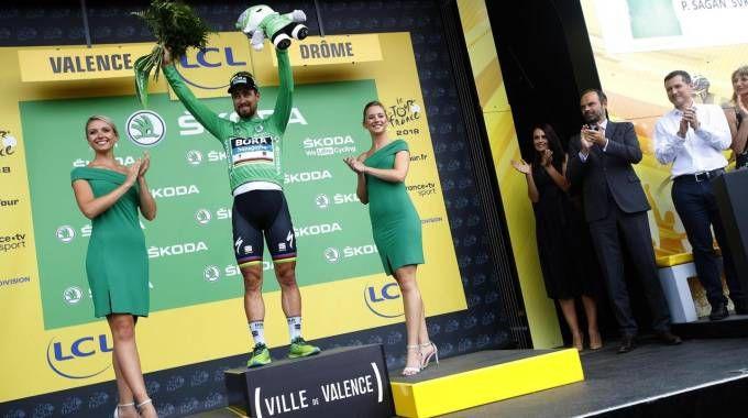 Tour de France 2018, Peter Sagan sul podio dopo la vittoria della tappa 13 (Ansa)