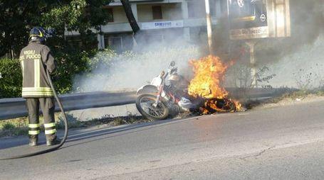 La moto avvolta dal fuoco (Foto Attalmi)