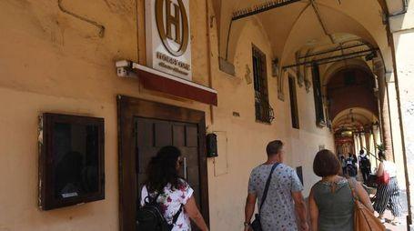 L'ingresso della storica discoteca di via Mascarella, in pieno centro a Bologna21