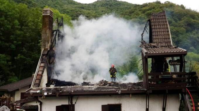 Fulmine colpisce e incendia casa a Erve