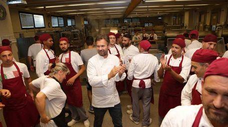 Applausi ed entusiasmo per lo chef in cucina (Ph. Bertoni)