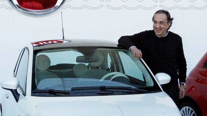 Sergio Marchionne accanto alla nuova Fiat 500 (Ansa)