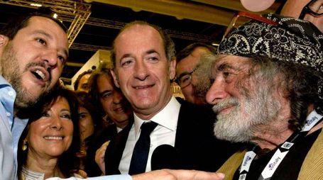 Mauro Corona con Salvini, Alberti Casellati e Zaia al Vinitaly (LaPresse)