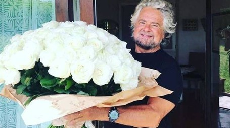 Beppe Grillo con un mazzo di fiori che i big gli hanno regalato