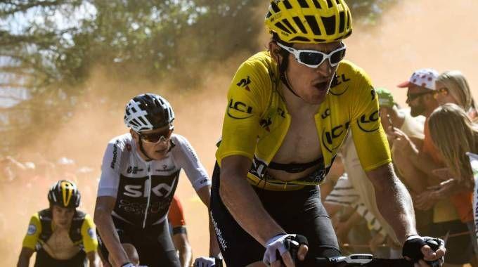 Tour de France, Thomas e Froome tra i fumogeni (LaPresse)