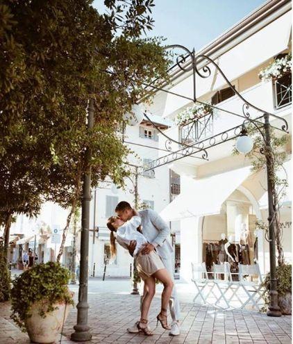 Beatrice Valli e il fidanzato Marco Fantini a Forte dei Marmi (foto da Instagram)