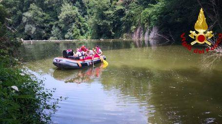 Le ricerche del giovane nel fiume