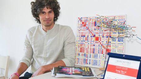 Fabio Ferrari è il Ceo di Energy Way Di fianco a lui, una delle mappe elaborate dall'azienda