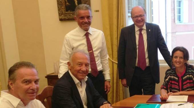 Il tavolo di lavoro in Comune, il secondo da sinistra è Alberto Zaccheroni