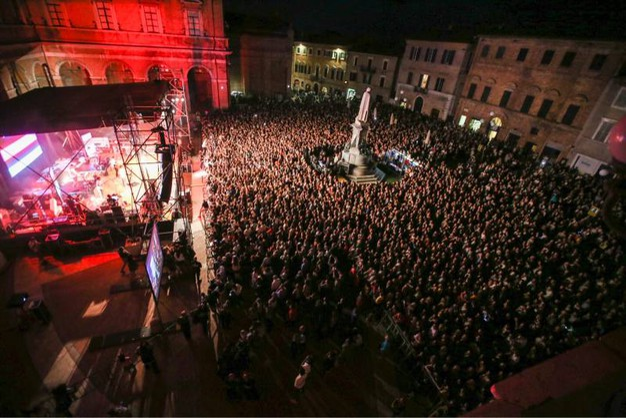 Folla per la festa conclusiva di Lunaria