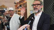 Massimo Bottura durante un'intervista (foto Fiocchi)