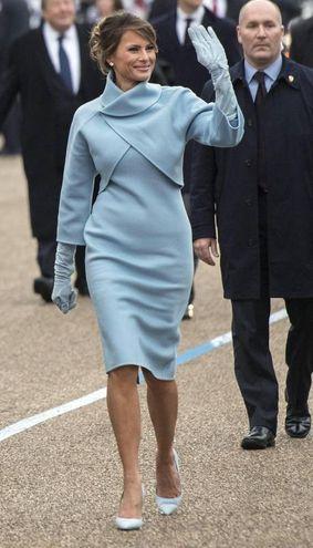 Melania Trump in celeste il giorno del giuramento del marito (Ansa)