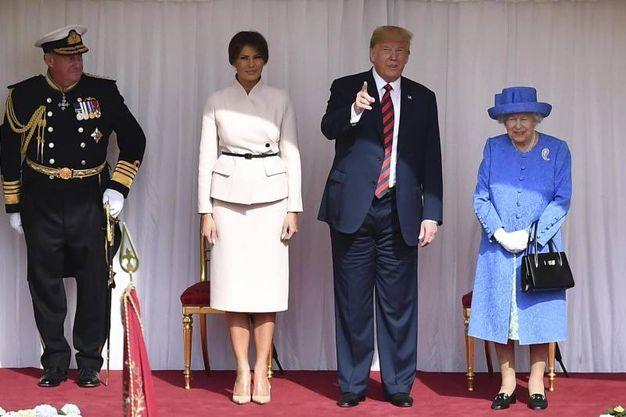 Melania e Donald Trump con la regina Elisabetta (Ansa)