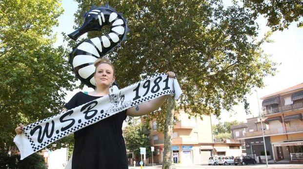 Una tifosa davanti al simbolo della squadra