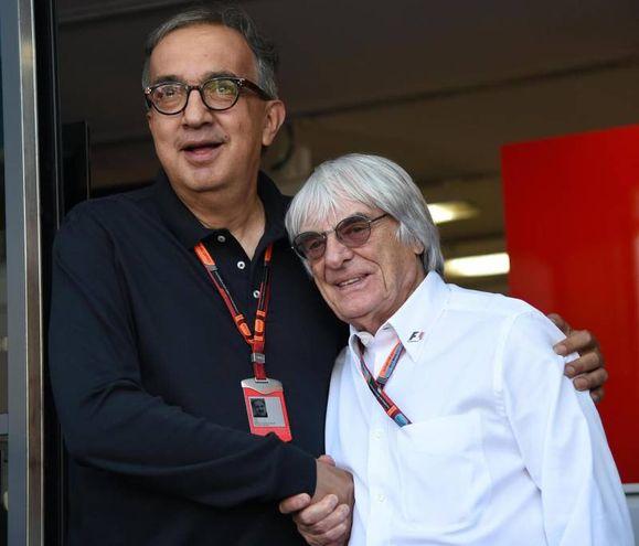 Sergio Marchionne e Bernie Ecclestone nel 2015 (Ansa)
