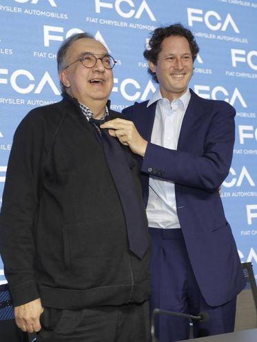 Con John Elkann si mette la cravatta in occasione della presentazione dell'ultimo piano industriale dello scorso giugno (Ansa)
