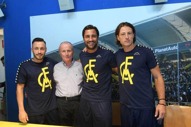 Il ds Doriano Tosi con i giocatori (foto Fiocchi)