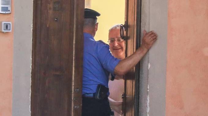 Don Paolo Glaentzer, 70 anni, apre la porta ai carabinieri (foto Germogli)