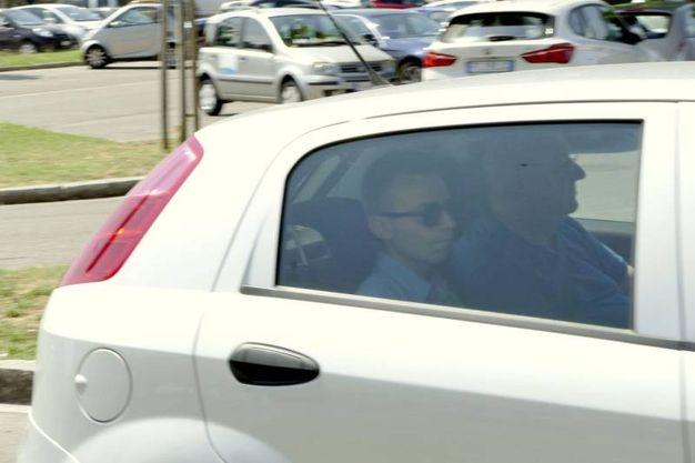 Don Paolo Glaentzer arriva al tribunale di Prato (Attalmi)