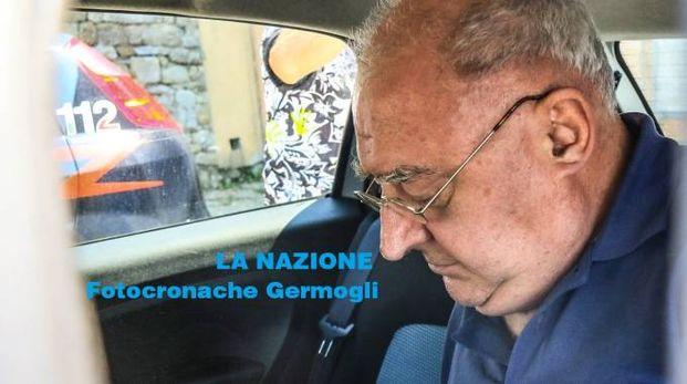 Il sacerdote nell'auto dei carabinieri (Fotocronache Germogli)