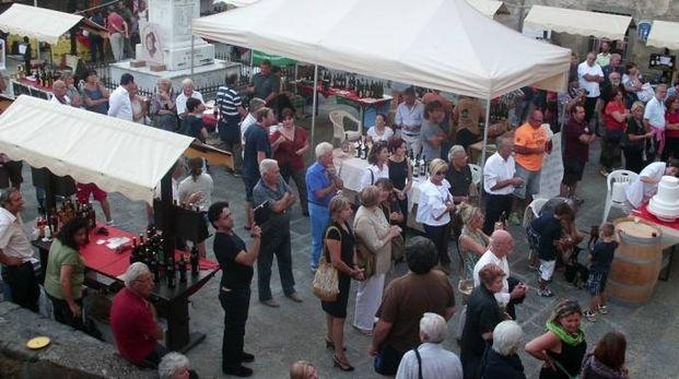 La piazza principale di Mulazzo allestita per Bancarel'Vino