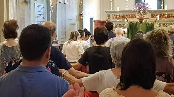 La prima messa a San Rufignano dopo l'arresto di don Paolo (foto Germogli)
