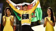 Geraint Thomas sul podio con la bandiera del Galles (Lapresse)