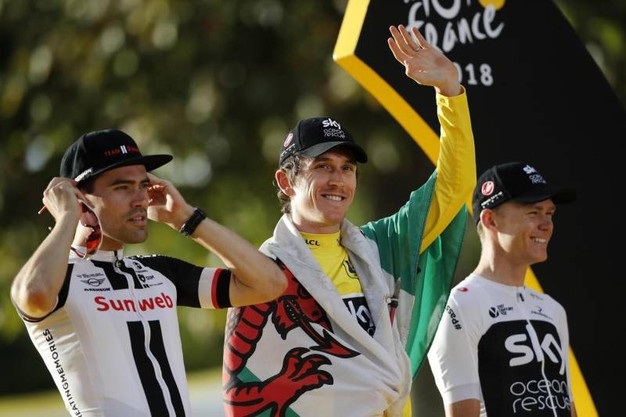 Geraint Thomas sul podio con la bandiera del Galles (Ansa)