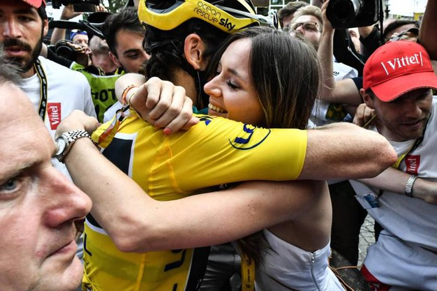 L'abbraccio tra Geraint Thomas e la moglie (Lapresse)
