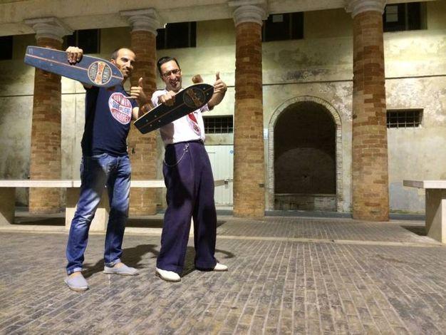 Gli organizzatori del Summer Jamboree Angelo Di Liberto a destra e Alessandro Piccinini a Sinistra provano gli skateboard di Zio Bancale personalizzati