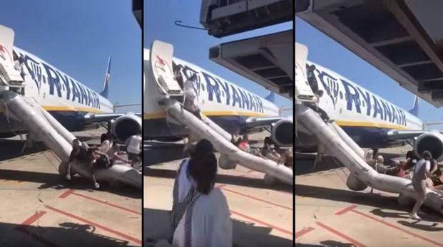 Incendio a bordo: la ruzzolata dei passeggeri sugli scivoli gonfiabili